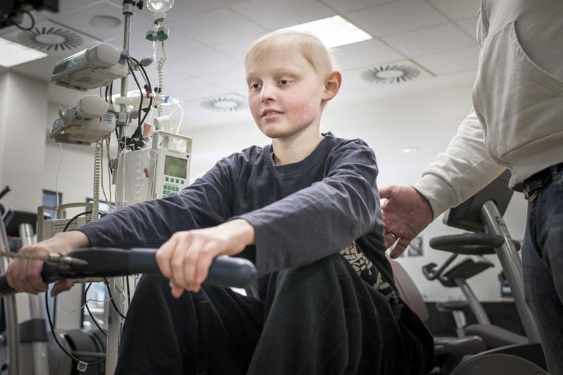 """Malte hat Knochenkrebs. Mutig und tapfer stellt er sich der großen Herausforderung. Er will die Krankheit besiegen: """"Aufgeben kommt nicht infrage!"""", sagt er bestimmt. Dabei hilft ihm der Sport."""