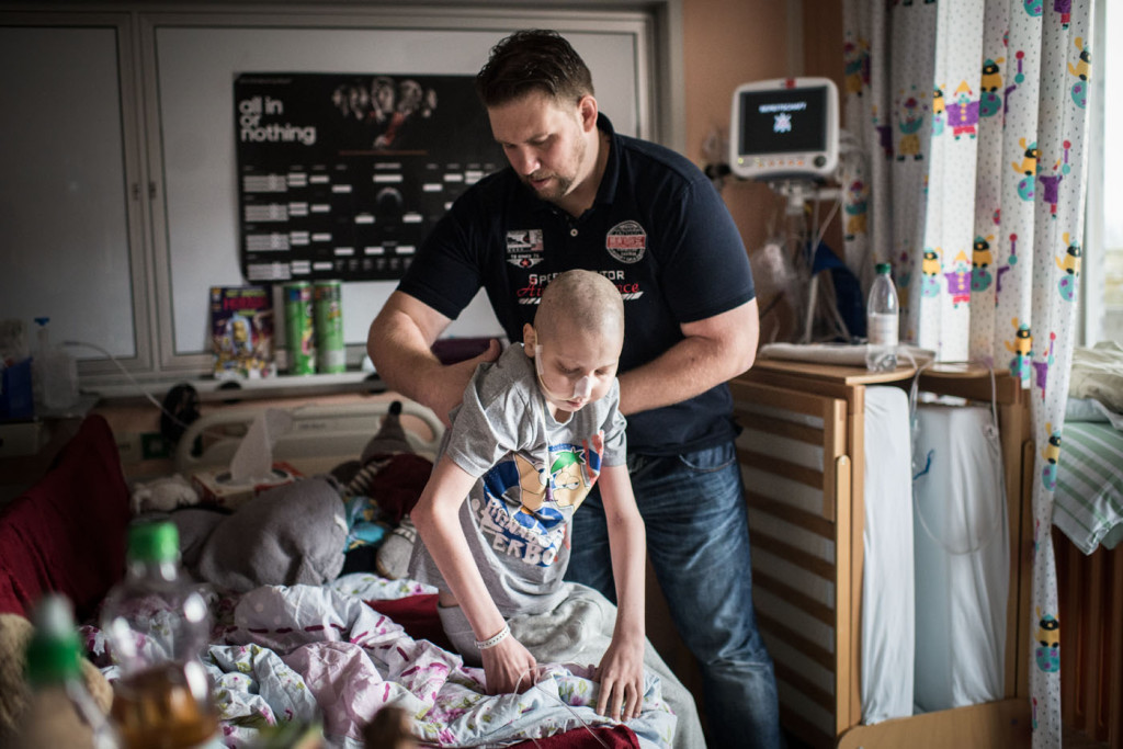 Phil K. hat Leukämie und will wieder gesund werden. Die Sporttherapie mit Torge Wittke (links) hilft ihm.