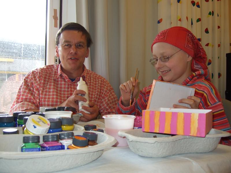 Rainer Mörk ist einer der beiden Therapeuten, die mit Farben, Pinsel und Papier die Freude in die Krankenzimmer bringen.