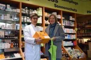 Margit Kleinhans übergibt den Spendenkasten an Bärbel Dütemeyer. Bildquelle: Uwe Kranz, HAZ